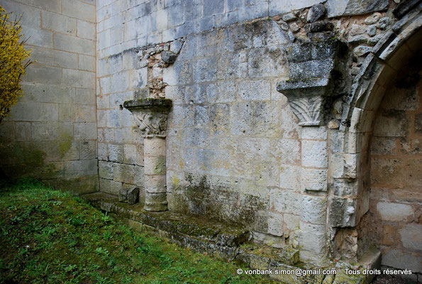 [NU904-2015-0067] 17 - Sainte-Gemme - Cloître : Hauts de colonne et vue partielle de l'enfeu (galerie Nord)