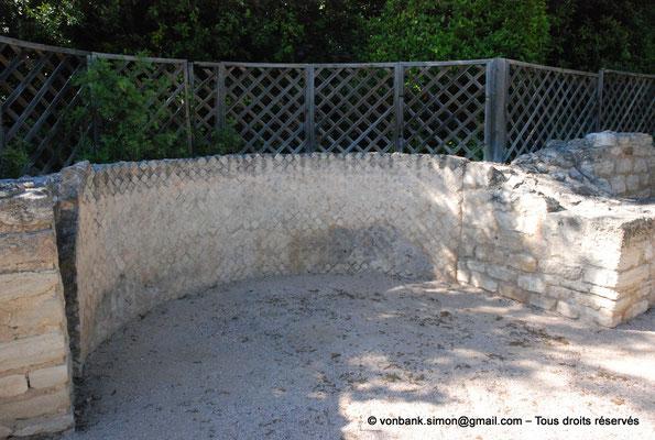 [NU003-2017-485] Caumont sur Durance (Clos-de-Serre) : Thermes privés - Grande éxèdre restaurée destinée à recevoir probablement une statue
