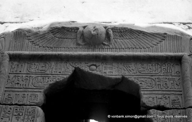 [NB070-1973-56] Karnak - Temple d'Opet : Façade extérieure Est - Porte de la chapelle sous le sanctuaire (Ptolémée Néos Dionysos)