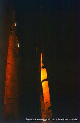 [081-1973-22] Karnak - Son et lumière : Salle hypostyle - Sur la droite, colonne à chapiteau papyriforme fermé