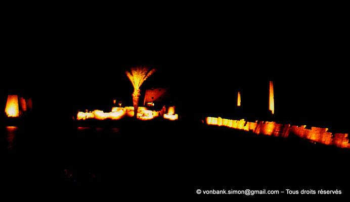[081-1973-31] Karnak - Son et lumière : Derrière le lac sacré (non visible), de gauche à droite, pylône VIII, cour de la cachette, pylône I puis obélisques de Thoutmôsis Ier et d'Hatchepsout