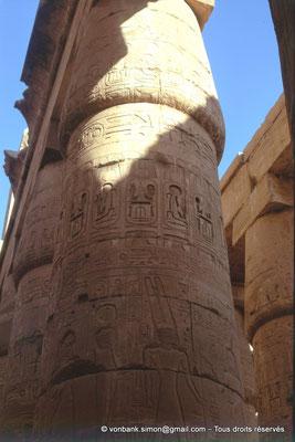 [082-1973-17] Karnak - Salle hypostyle : Colonnes à chapiteaux papyriformes fermés