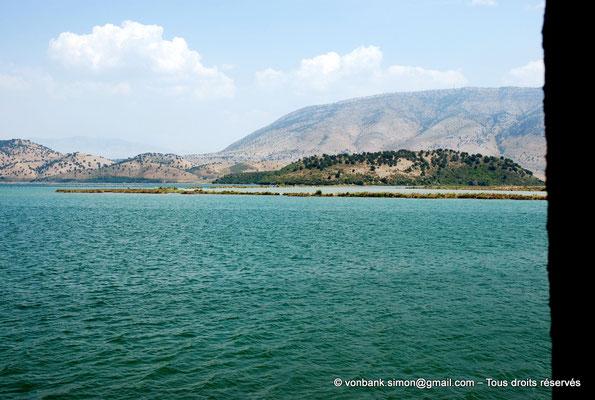 [NU902-2010-141] Vue sur le canal de Vivari et la rive opposée