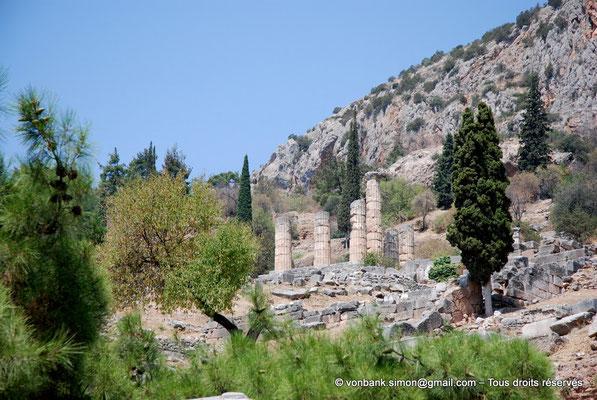 [NU901-2008-0136] GR - Delphes - Sanctuaire d'Apollon : Angle Sud-Est du temple (vue prise depuis l'Agora romaine)