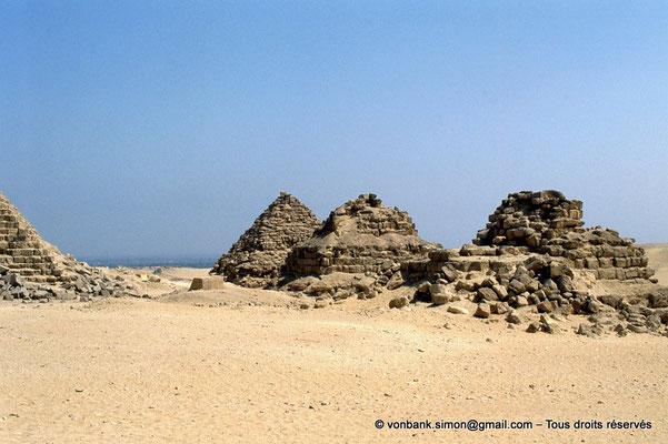 [067-1981-37] Gizeh - Mykérinos : Les trois pyramides des Reines