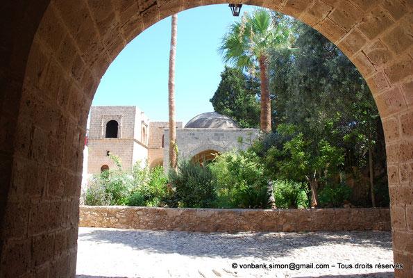 [NU900-2012-0144] Agia Napa : Depuis l'une des entrées du monastère, vue sur la fontaine octogonale surmontée d'un dôme de pierre (XVI°)