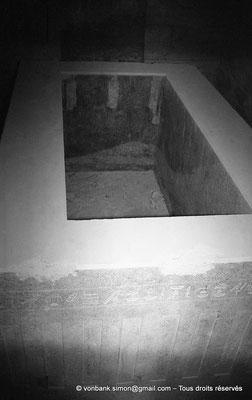 [NB085-1981-51] Saqqara - Serapeum : Une des deux seules cuves portant des hiéroglyphes sur 4 faces extérieures (dite d'Amasis)