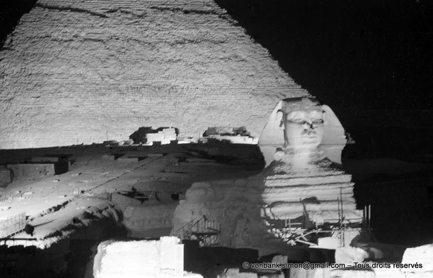 [NB081-1973-27] Gizeh - Son et lumière : Le grand sphinx - En arrière-plan, la pyramide de Khéphren