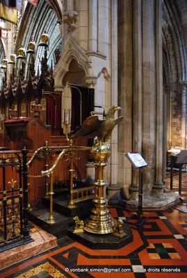 [NU002p-2016-0119] Dublin - Cathédrale Saint-Patrick - Chœur : Sur le lutrin en cuivre figure un aigle au-dessus d'un globe représentant la parole de Dieu portée dans le monde