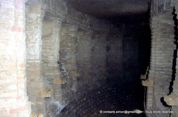 [070-1978-36] Djemila (Cuicul) : Baptistère - Galerie circulaire bordée de niches
