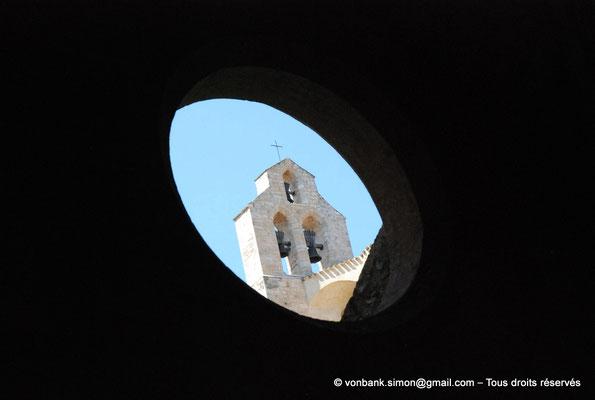 [NU001-2017-596] 34 - Villeveyrac - Valmagne : Clocher-mur vu au travers de l'un des oculus de l'une des galeries du cloître