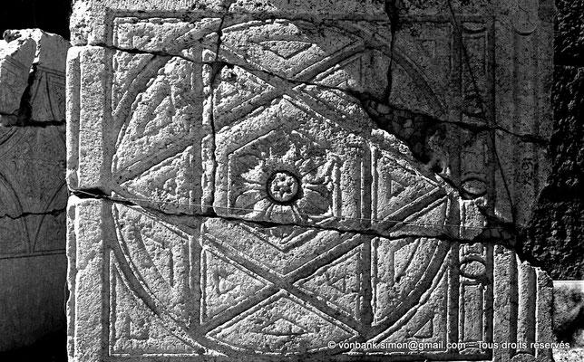 [NB071-1973-07] Baalbek : Temple de Bacchus - Plafond à caissons au sol (détail)