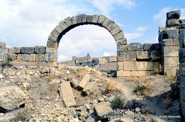 [002-1983-13] Khemissa (Thubursicu Numidarum) : Les thermes avec en arrière-plan, les ruines du Ksar el Kebir (Fort byzantin)