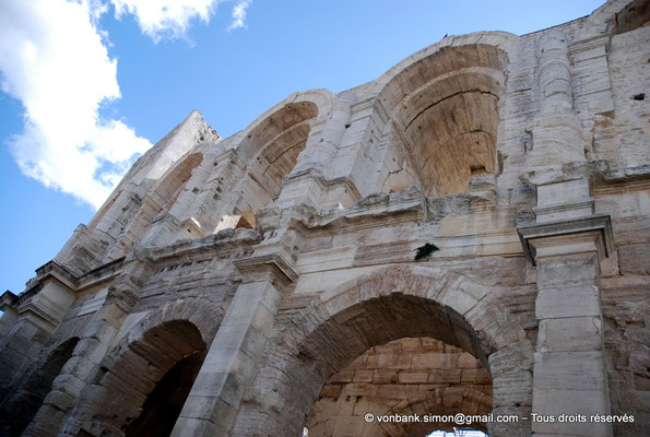 [NU002b-2016-0248] Arles (Arelate) - Amphithéâtre : Vue partielle de la façade Nord-Ouest