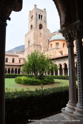 [NU906-2019-1654] Cloître des Bénédictins (Monreale) : Tour Sud de la façade occidentale de la Cathédrale Santa Maria Nuova (vue prise depuis l'aile Est)