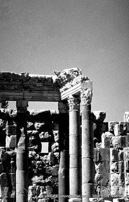 [085-1973-12] Baalbek - Temple de Jupiter : Grande cour (partie Nord)