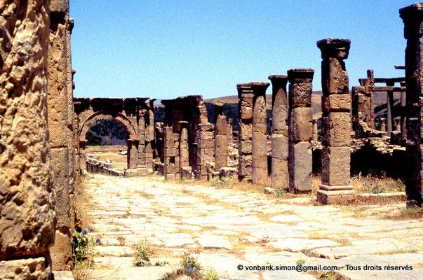 [070-1978-19] Djemila (Cuicul) : Grande rue bordée de colonnades - Face Sud de l'arc ouvrant sur le cardo maximus