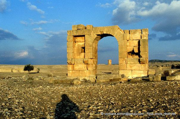 [034-1983-07] Haïdra (Ammaedara) : Petit arc de la rive droite - En arrière-plan, le mausolée tétrastyle (dos)