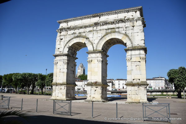 [NU910-2020-2068] Saintes (Mediolanum Santonum) : L'arc votif (face Est) - en arrière-plan, la cathédrale Saint Pierre