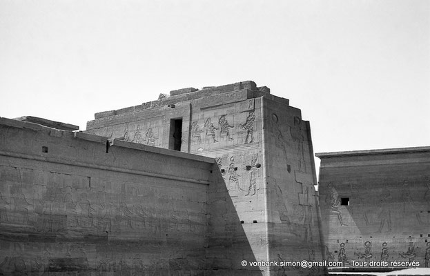 [NB076-1973-53] Philae : Temple d'Isis (parties supérieures de la façade Ouest) - Pronaos, Pylône 2, toit du Mammisi (au ras de l'eau), Pylône 1