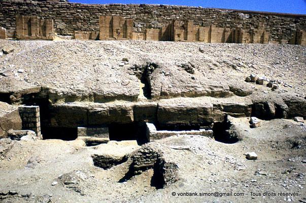 [085-1973-07] Saqqara - Djoser : Nécropole extérieure des nobles - En arrière-plan, assises du mur d'enceinte du complexe funéraire