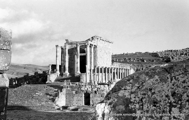 [NB037-1978-19] Djemila (Cuicul) : Temple Septimien - Sur sa droite, colonnade de la basilique judiciaire du IV° siècle