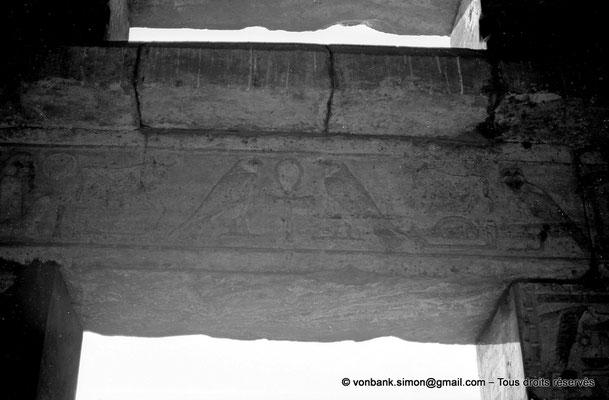 [NB074-1973-08] Karnak - Akh-Menou : Linteau posé sur piliers carrés (salle des fêtes)