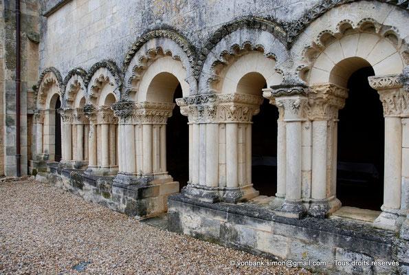 [NU904-2015-0002] 17 - Trizay - Prieuré Saint-Jean l'Évangéliste : Arcs polylobés (Porte d'accès au dortoir du 1er étage et salle capitualire (XIII°))