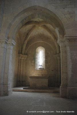 [NU003-2017-049] 13 - La Roque d'Anthéron - Abbaye de Silvacane : Absidiole pourvue d'un autel
