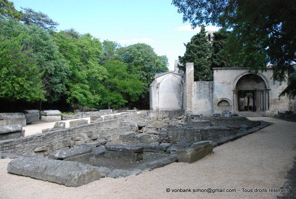 [NU001i-2018-0014] Arles - Les Alyscamps : Eglise Saint-Honorat - L'entrée initiale de l'église (portail roman restauré au XX° siècle) et la nécropole
