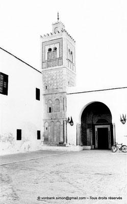[NB012-1981-19] Kairouan : Mosquée du Barbier (Mausolée de Sidi Sahab) : Première cour et son minaret - Entrée principale du mausolée