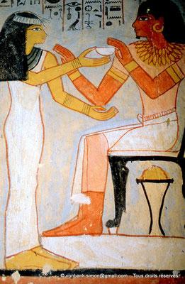 [065-1981-26] TT 96B - Sennefer : Pilier 4 [Nord-Est] (Face Est) Merryt offre une coupe au défunt (chambre funéraire)
