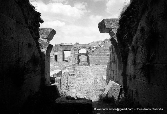 [NB040-1978-01] Khemissa (Thubursicu Numidarum) : Le théâtre, accès occidental à l'orchestre