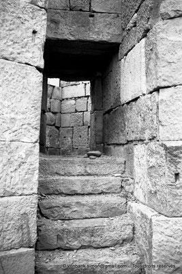 [NB042-1978-38] Timgad (Thamugadi) : Intérieur du fort - Escalier permettant d'accéder à la tour d'angle Sud-Est