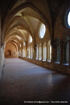 [NU001-2017-559] 34 - Villeveyrac - Valmagne : Cloître - Galerie Nord (vue en direction de l'Est) - Au fond, la niche constituant l'Armarium