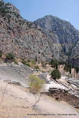 [NU901-2008-0170] GR - Delphes - Théâtre : Orchestra et Cavea (vue partielle) - en bas, le temple d'Apollon - en arrière-plan, le mont Parnasse