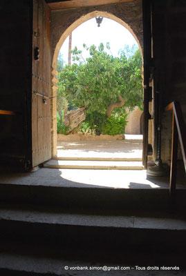 [NU900-2012-0184] Agia Napa : Porte de l'Eglise dédiée à la Vierge Marie (vue de l'intérieur)