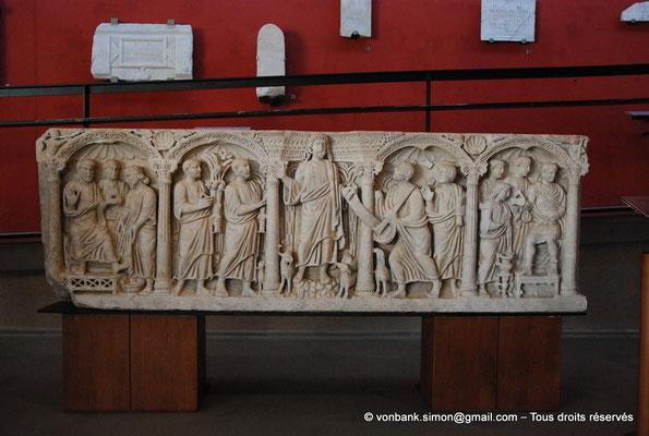 [NU001k-2018-0057] Arles (Arelate) : Sarcophage de la remise de la loi à Saint-Pierre, milieu du IV° siècle - Provient des Alyscamps