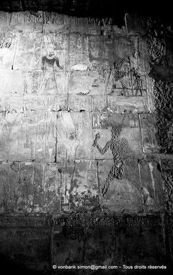 [NB078-1973-52] Karnak - Ipet-Sout : Hatshepsout (martelée) fait une offrande au dieu Amon-Min (salle annexe du sanctuaire)