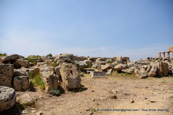 [NU906-2019-1516] Sélinonte : Quartier punique - Zone Est des ruines du temple A dédié à Castor et Pollux - En arrière-plan, ruines du temple C dédié à Apollon