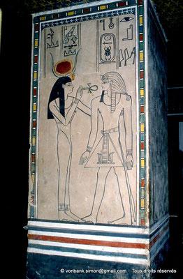 [066-1981-35] KV 35 Amenhotep II : Hathor offrant au souverain le signe Ankh, symbole de vie