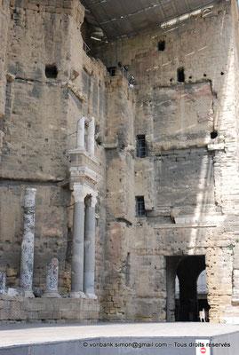 [NU001e-2018-0030] Orange (Arausio) : Théâtre - Partie droite de la scène - Vue partielle du mur de scène évoquant une façade de palais avec ses trois étages de colonnes