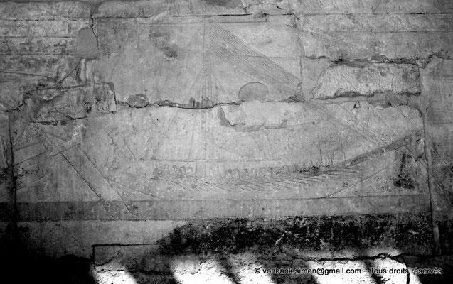 [NB085-1981-25] Saqqara - Mastaba de Mererouka : Troisième bâteau d'une frise de cinq - Mererouka y apparaît assis sur le pont, sur un siège bas (Chambre A13, mur Ouest)