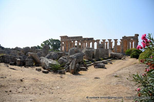 [NU906-2019-1438] Sélinonte - Temple F : Ruines - En arrière-plan, le temple E (face Nord)