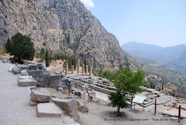 [NU901-2008-0182] GR - Delphes - Temple d'Apollon : La base du temple (vue depuis un angle Sud-Ouest) - en arrière-plan, le mont Parnasse
