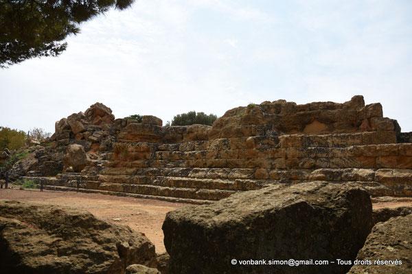 [NU906-2019-1590] Agrigente - Temple de Zeus Olympien : Ruines situées à l'Est du temple (soubassement à cinq gradins)