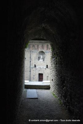 [NU001e-2018-0050] Orange (Arausio) : Théâtre - Depuis le vomitoire central, vu sur la statue de l'empereur Auguste situé au milieu du mur de scène