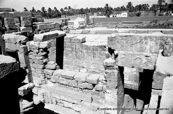 [NB078-1973-24] Karnak - Temple de Khonsou : Vue sur le sanctuaire dépourvu de toit
