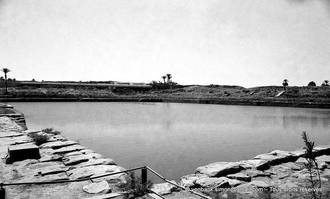 [NB078-1973-72] Karnak - Lac sacré : Vue en direction du Sud-Est - En arrière-plan, estrade pour les spectateurs du son et lumière