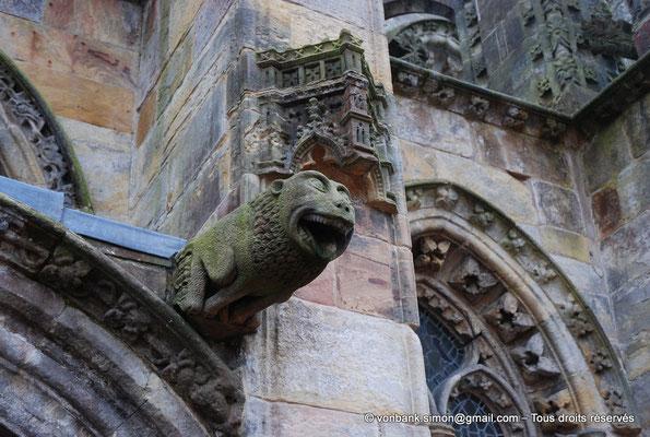 [NU900y-2014-0440] Ecosse - Chapelle Rosslyn : Gargouille (porte d'entrée de la façade Nord)